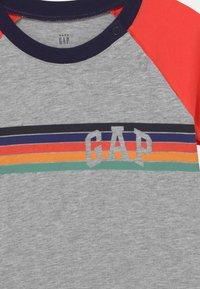 GAP - ARCH RAGLAN - Print T-shirt - light heather grey - 2