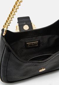 Versace Jeans Couture - BUCKLE SHOULDER BAG - Taška spříčným popruhem - nero - 8