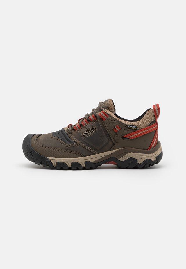 RIDGE FLEX WP - Chaussures de marche - timberwolf/ketchup