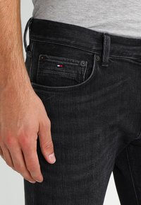 Tommy Hilfiger - BLEECKER - Straight leg jeans - washed black - 3