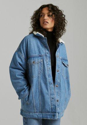OVERSIZE-MIT LAMMFELLIMITAT - Giacca di jeans - light blue