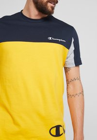 Champion - CREWNECK - T-shirt med print - yellow - 5