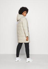 Nike Sportswear - CORE - Abrigo de invierno - stone/white - 2