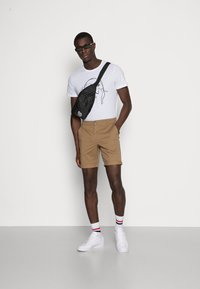 Selected Homme - SLHSTRAIGHT PARIS - Shorts - camel - 1