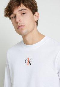 Calvin Klein Jeans - BACK GRAPHIC UNISEX - Maglietta a manica lunga - bright white - 9