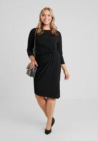 ONLY Carmakoma - CARAIDA 3/4 DRESS - Pouzdrové šaty - black - 2