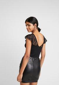 Vero Moda - VMSALLY BODYSUIT - Print T-shirt - black - 2