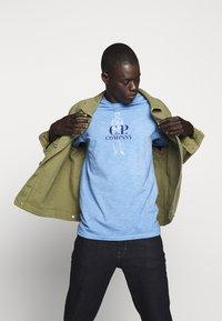 C.P. Company - Print T-shirt - riviera - 5