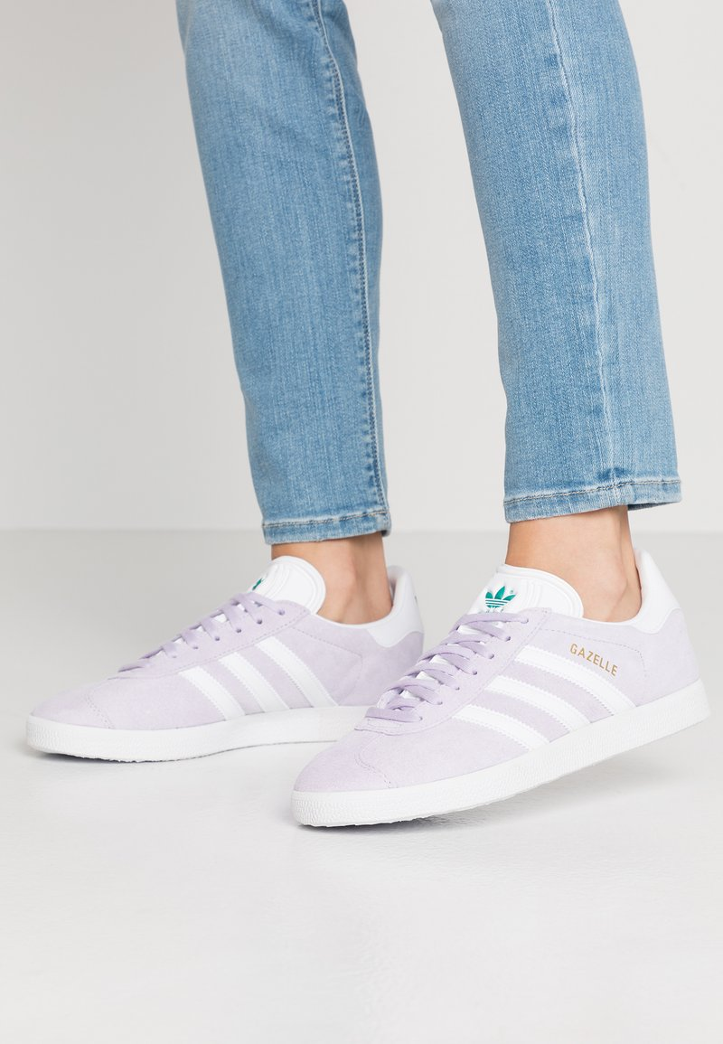 adidas Originals - GAZELLE - Baskets basses - purple tint/footwear white/glacier green