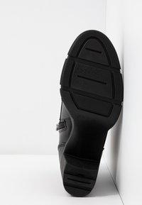 Marco Tozzi - Kotníková obuv na vysokém podpatku - black antic - 6