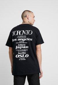 Topman - UNISEX TORONTO REFLECTIVE TEE - T-shirt z nadrukiem - black - 2