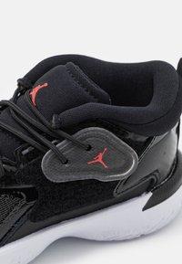 Jordan - ZION 1 UNISEX - Koripallokengät - black/bright crimson/white - 5