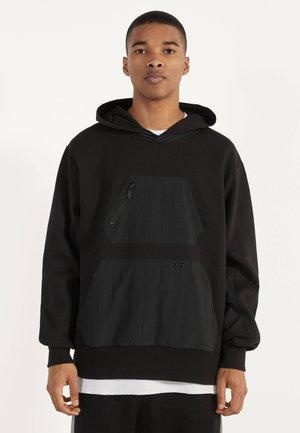 MIT NYLONEINSÄTZEN - Hoodie - black