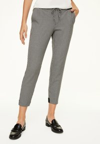 comma casual identity - MIT HAHNENTRITT-MUSTER - Trousers - cream houndstooth - 0