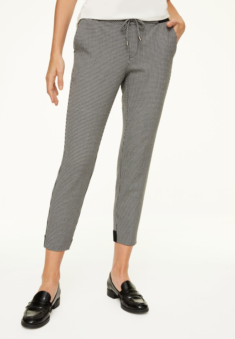 comma casual identity - MIT HAHNENTRITT-MUSTER - Trousers - cream houndstooth