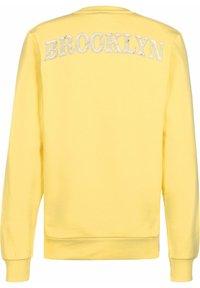 Chi Modu - HOODIE BK 2 - Sweatshirt - pastelle yellow/print white - 1