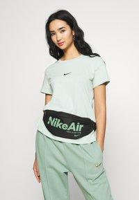 Nike Sportswear - HERITAGE - Bæltetasker - black/silver pine - 4
