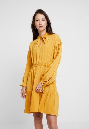 OLIVIA DRESS - Kjole - mustard