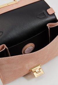 Coccinelle - MIGNON FLAT - Handbag - new pivoine - 3