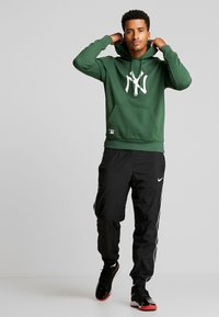 New Era - MLB NEW YORK YANKEES SEASONAL TEAM LOGO HOODY - Club wear - green - 1