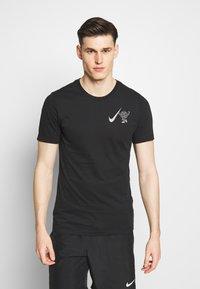 Nike Performance - WILD RUN GLOBEY - Camiseta estampada - black - 2