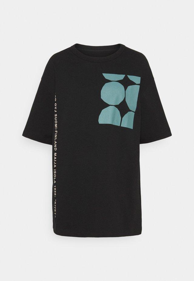 CREATED OHJE KIVET - Triko spotiskem - black, bluegreen, white