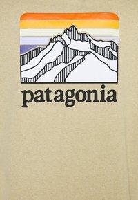 Patagonia - LINE LOGO RIDGE POCKET RESPONSIBILI TEE - T-shirt imprimé - classic tan - 2