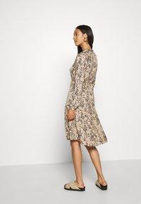 Vero Moda - VMKATE DRESS BELT - Skjortekjole - beige - 2