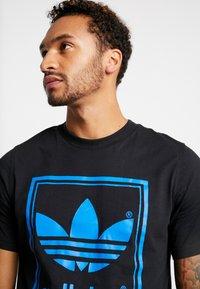 adidas Originals - VINTAGE LABEL GRAPHIC TEE - Printtipaita - black/bluebird - 3