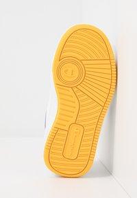 Champion - LOW CUT SHOE REBOUND UNISEX - Basketball shoes - white/yellow - 5