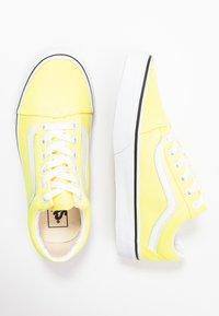 Vans - OLD SKOOL - Zapatillas - lemon tonic/true white - 3