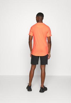 TONDER - T-shirt med print - neon orange