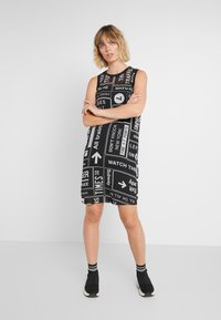 DKNY - SCOOP LONG DRESS - Freizeitkleid - black/white - 0