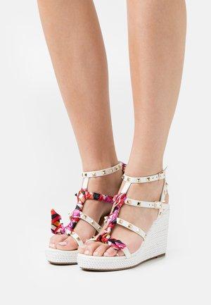Korkeakorkoiset sandaalit - soft bianco