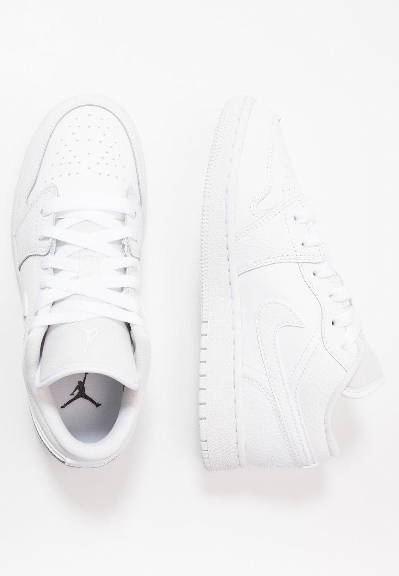 Jordan - AIR 1 LOW UNISEX - Basketball shoes - white