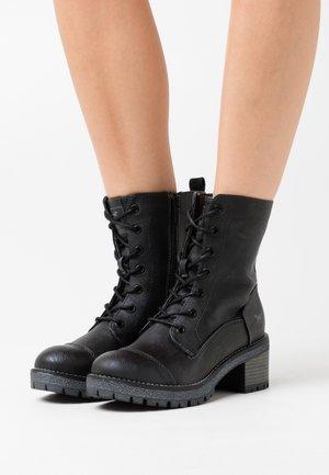 Kotníkové boty na platformě - graphit