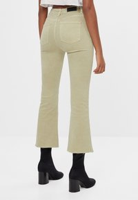 Bershka - SCHLAGHOSE - Flared Jeans - khaki - 2