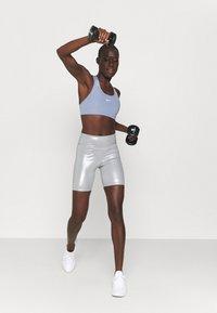 Nike Performance - BRA - Sujetadores deportivos con sujeción media - ashen slate/white - 1