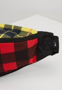 Nike Sportswear - HERITAGE HIP PACK PLAID - Vyölaukku - black/gunsmoke - 7