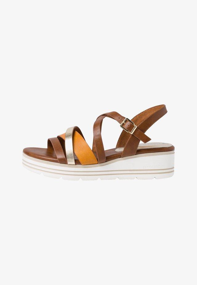 Sandales compensées - cognac comb