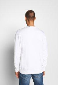 Calvin Klein Jeans - CENTER MONOGRAM CREW NECK - Felpa - bright white - 2