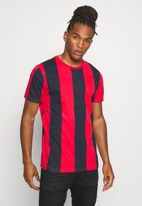 Brave Soul - BERTONIB - T-shirt con stampa - rich navy/red - 0