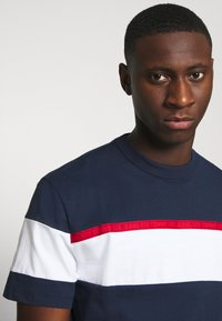 Tommy Jeans - BOLD STRIPE TAPE TEE - Triko s potiskem - twilight navy / multicolor - 5