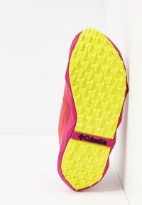 Columbia - FACET30 OUTDRY - Outdoorschoenen - rouge pink/voltage - 4
