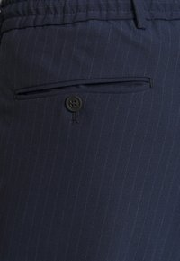 Selected Homme - SLHSLIMTAPE MADLEN PIN PANTS - Kangashousut - dark blue - 4