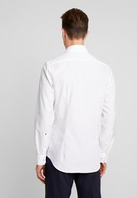 Seidensticker - SLIM FIT SPREAD KENT PATCH - Camicia elegante - white - 2