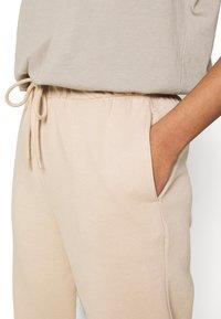 ONLY - ONLFEEL LIFE PANT - Pantalones deportivos - humus - 5