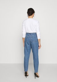 Missguided Petite - RIOT HIGHWAIST PLAIN MOM JEAN - Jeans Skinny Fit - blue - 2