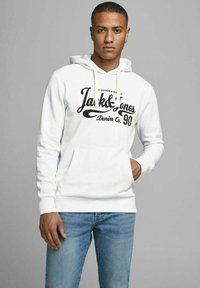 Jack & Jones - JJHEROS HOOD - Luvtröja - white - 0