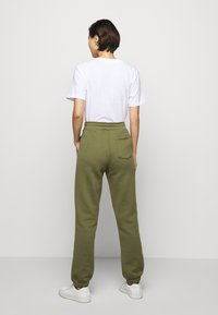 Holzweiler - GABBY TROUSER - Tracksuit bottoms - army - 2